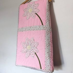 Gorgeous vintage hand crafted daisy applique quilt